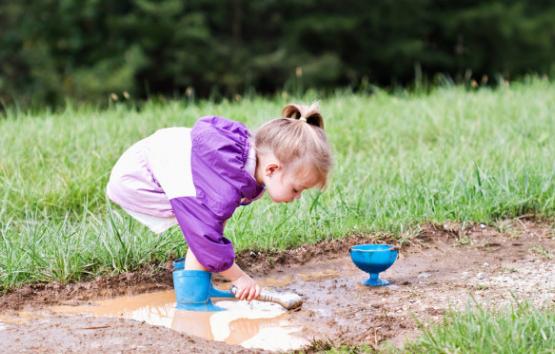 芬兰研究发现:玩泥巴能提高孩子免疫力
