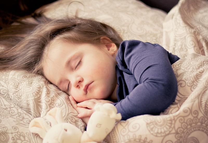 兒童怎么睡更科學?兒科醫生:多種睡姿換著來