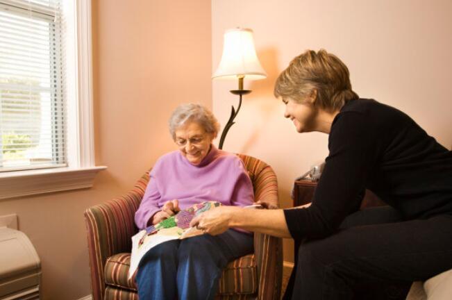 多用黃橙紅,門窗要隔音:為老癡患者打造舒適的家