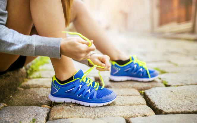 怎么夜跑健身效果好?飯后一小時動身,勻速跑半個鐘頭