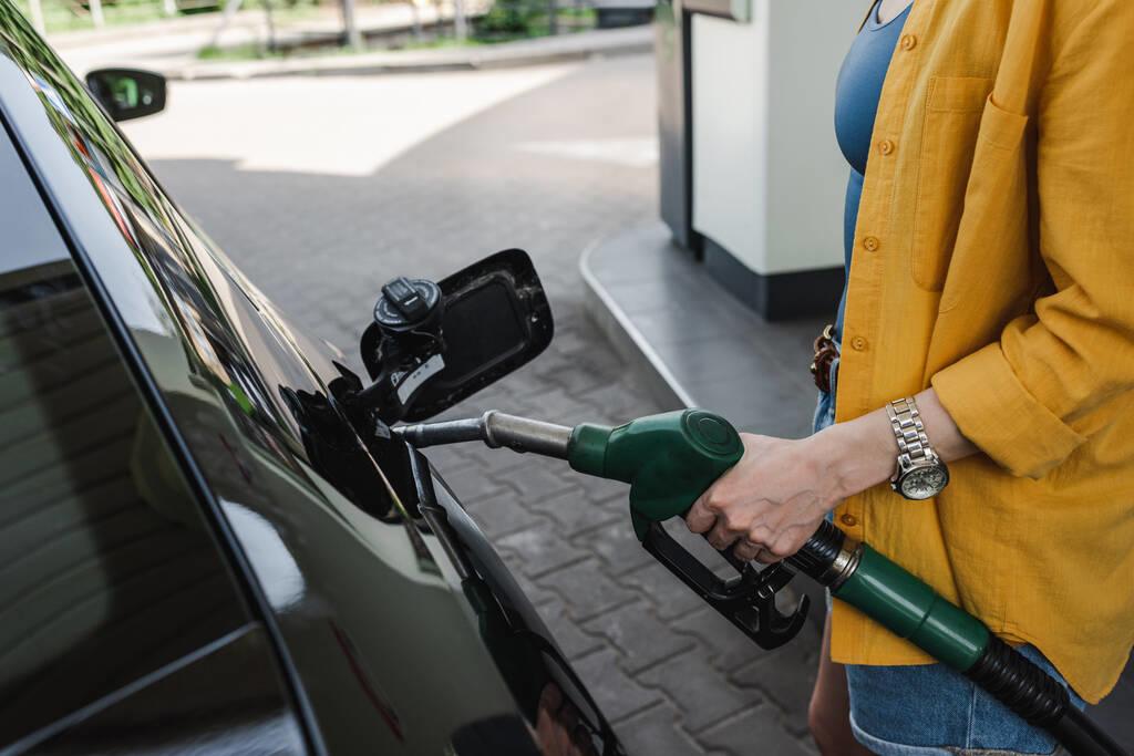 洗發水、雨傘、橡皮、沙發、汽車……衣食住行離不開石油