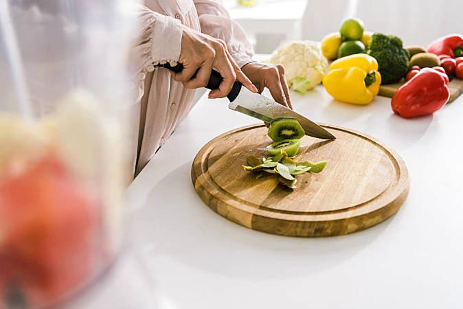 每家都該有四塊砧板,分別用于生肉、熟肉、蔬果、面食