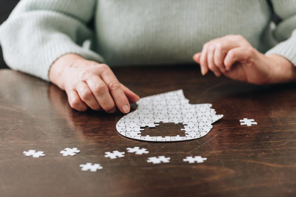 消磨时间,锻炼大脑反应能力……猜谜玩牌,老痴晚来五年