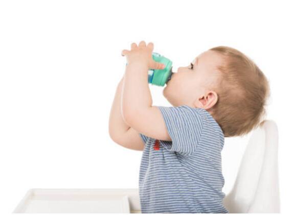 孩子吐了后,喂点糖盐水
